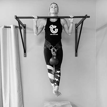 Jackie Vazquez performing the kettlebell pullup